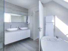 Co zrobić, gdy w łazience brakuje miejsca na wannę i prysznic?